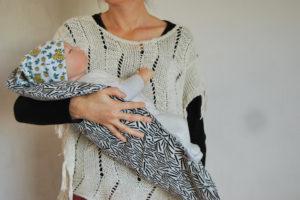 Bébé dans les bras sur un topponcino